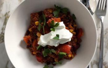 Süßkartoffel-Quinoa-Chilli mit Joghurt aus Himmlisch gesund von Lynn Hoefer