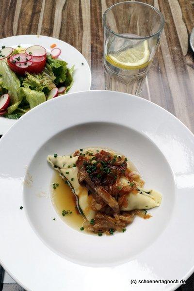 Maultaschen mit geschmelzten Zwiebeln und Salat im Emil in Esslingen