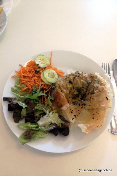 Röschti im Filoteig mit Salat im Glashaus in Karlsruhe