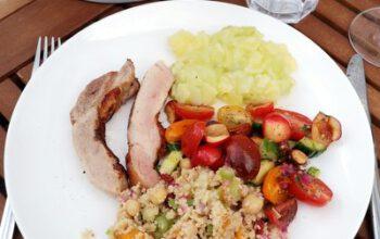 Cherrytomaten-Gurken-Kirschen-Salat mit Petersilie, Minze und Mandeln zu gebeeftem Secreto