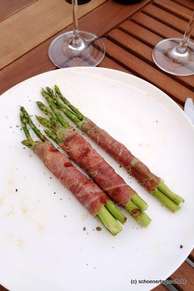 Grüner Spargel vom Grill, eingewickelt in Parmaschinken
