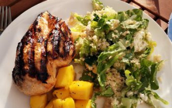 Couscous-Salat mit Minze, Salat und Hüttenkäse als Beilage zu Tandoori Chicken und gegrilltem Mango-Chutney
