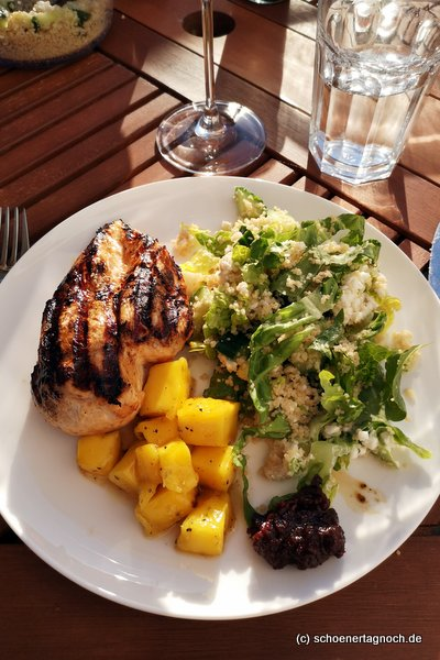 Gegrilltes Tandoori Chicken mit Mango-Chutney vom Grill und Couscous-Salat mit Minze, Romanasalat und Hüttenkäse