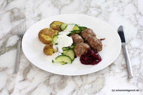 Köttbullar mit smashed potatoes aus dem Backofen, Gurken und Preiselbeeren