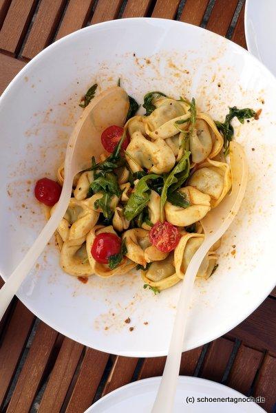 Tortelloni-Salat mit Kirschtomaten und Rucola