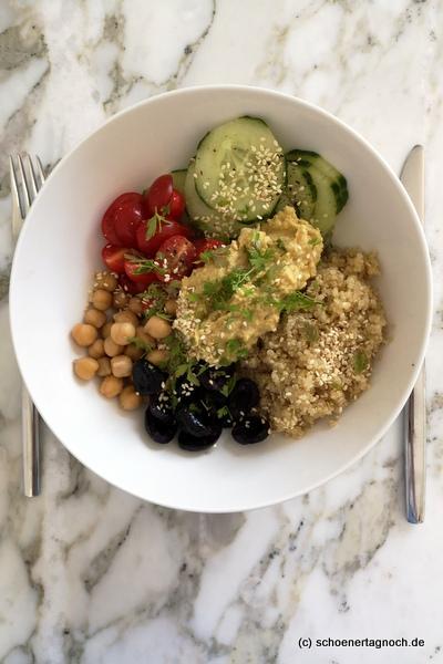 Mediterrane Bowl mit Quinoa, Kichererbsen, Kirschtomaten, Gurke, Hummus und Oliven