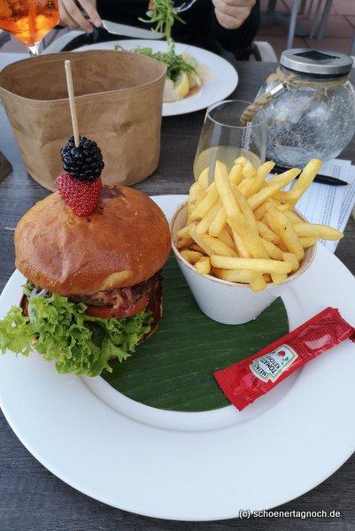 Burger mit Pommes im Club-Restaurant im Golfclub Bad Liebenzell