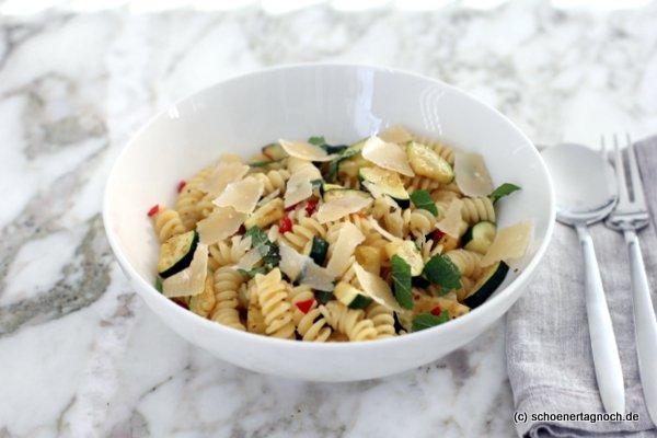 """Fussili mit Zucchini. Chili und Minze, Essen für Kleinkinder, Rezept aus """"Kochen für Polly"""""""
