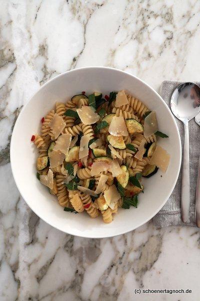 """Fussili mit Zucchini, Chili und Minze, Essen für Kleinkinder, Rezept aus """"Kochen für Polly"""""""