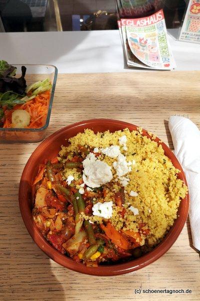 Couscous mit Gemüse, Feta und Salat im Glashaus in Karlsruhe