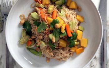 Glasnudelsalat mit Karotte, Gurke, Mango, Koriander und Erdnüssen
