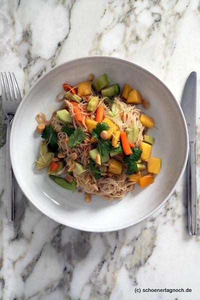 Glasnudelsalat mit Karotte, Gurke, Mango, Koriander und gerösteten Erdnüssen