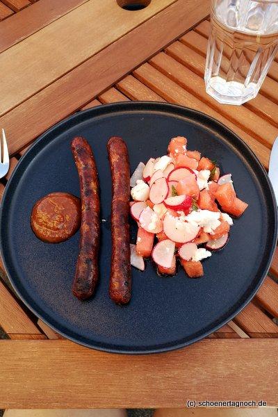 Gegrillte Merguez mit Wassermelonen-Radieschen-Salat mit Minze und Ziegenfrischkäse