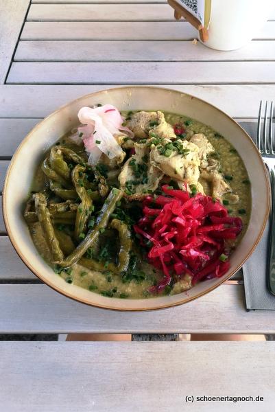 Hähnchen mit grünem Spargel und Hummus im Klauprecht in Karlsruhe