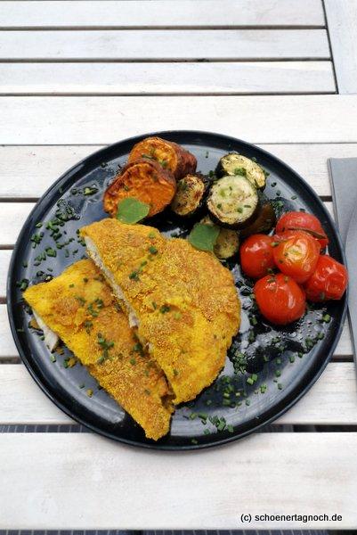 Hähnchen in Polentapanade mit Ofentomaten und Gemüse