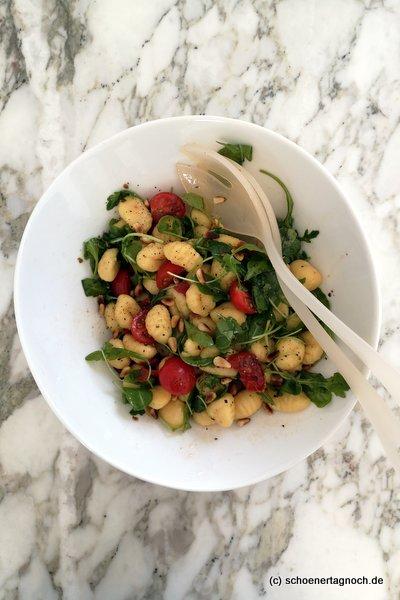 Lauwarmer Gnocchi-Salat mit Tomaten, Rucola und gerösteten Pinienkernen