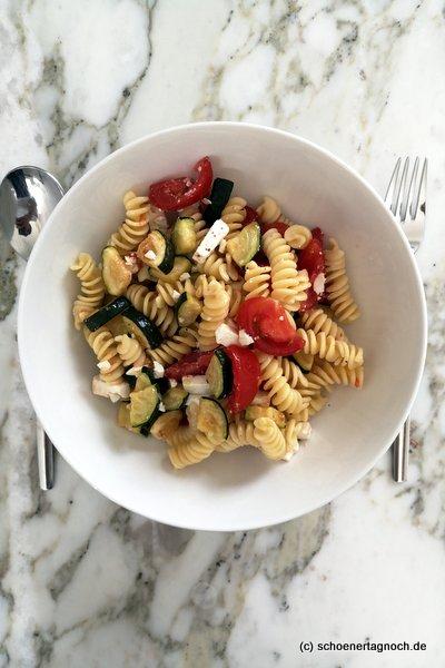 Nudelsalat aus Resten, mit Zucchini, Kirschtomaten, Feta und Minze