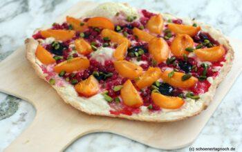 Süßer Flammkuchen mit Aprikosen, Johannisbeeren und Pistazienkernen