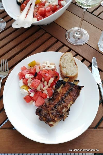 Schweinerippchen 24 Stunden sous-vide gegart und auf dem Grill finalisiert, dazu Wassermelonensalat mit weißen Bohnen, Kirschtomaten, Feta und Oliven
