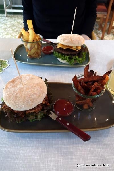"""Pulled Chicken Burger mit Süßkartoffelpommes im """"Bene Kaffee & Laden"""" in Sonthofen"""