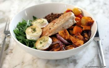 Bowl mit Linsen, Süßkartoffeln, Kirschtomaten und karamellisiertem Ziegenkäse