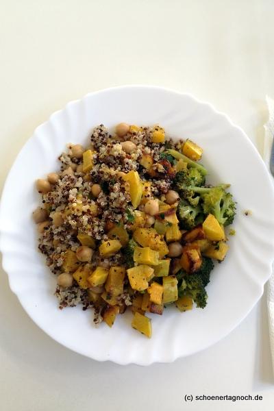 """""""Get the glow""""-Salat mit Brokkoli, Butternut-Kürbis, Quinoa, Kichererbsen und Senf-Dressing aus dem Kochbuch """"Himmlisch gesund"""" von Lynn Hoefer"""