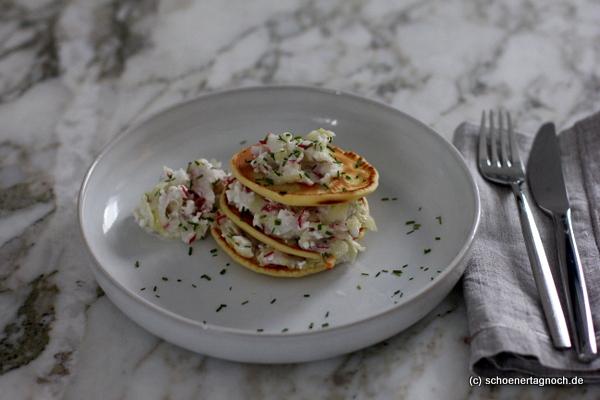 Herzhafte Pancakes mit Gurke, Radieschen und Hüttenkäse, lecker zum Frühstück, Pancake-Turm