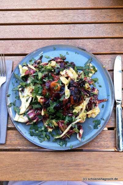 Radicchio-Fenchel-Salat mit gegrillten Pflaumen und Bacon-Dressing im Klauprecht in Karlsruhe