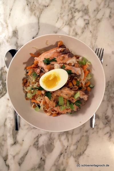 Lachs-Bowl mit Pak Choi, Karotten und Erdnuss-Crunch