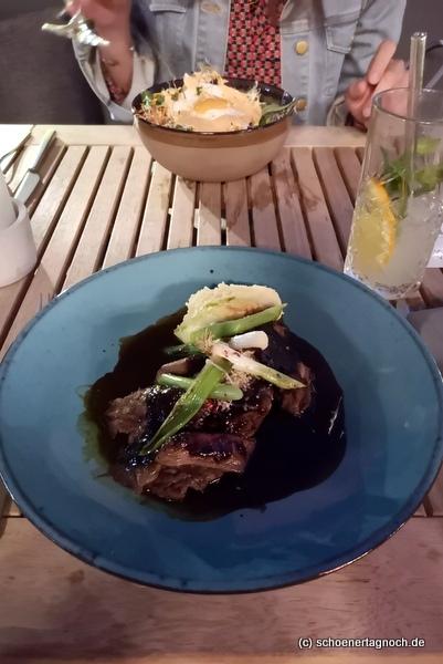 Hauptspeise im Tawa Yama in Karlsruhe: 12 Stunden geschmorte Short Ribs mit gegrillten Frühlingszwiebeln, Kartoffelpüree und Chili