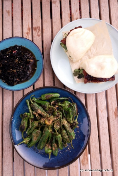 Vorspeisen im Tawa Yama in Karlsruhe: Bao Buns mit Schweinebauch, einen schwarzen Seealgensalat und Shishitos mit Bonito