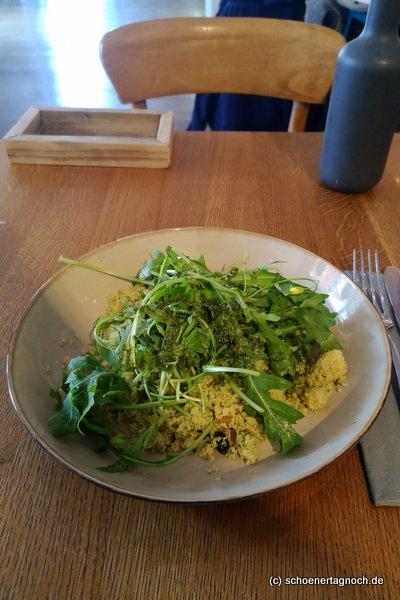 Couscous-Salat mit Rucola, Pesto und getrockneten Aprikosen im Klauprecht in Karlsruhe