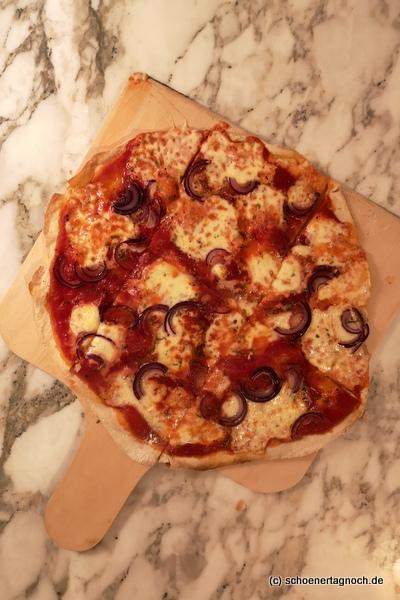 """Flammkuchen """"alla caprese"""" mit passierten Tomaten, Mozzarella, roten Zwiebeln und frischem Rosmarin"""