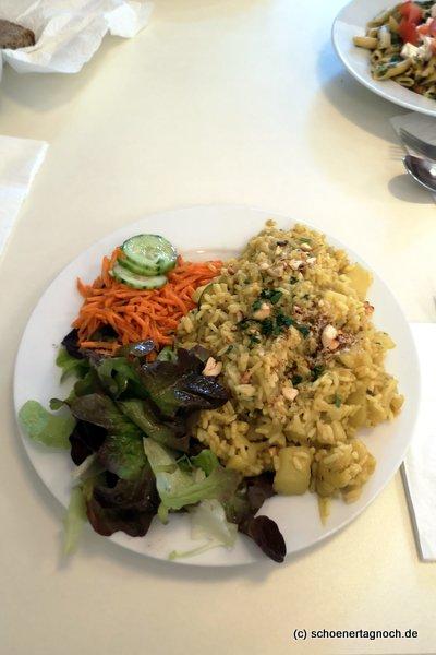 Blumenkohl-Kartoffel-Curry mit Reis und Salat im Glashaus in Karlsruhe