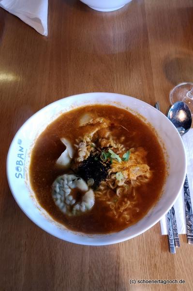 Scharfe Nudelsuppe mit Lauch, Teigtaschen und Ei im koreanischen Restaurant Soban in Karlsruhe