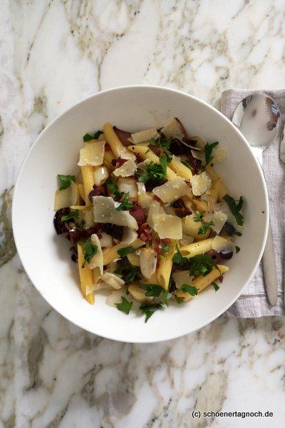 Penne mit gebratenem Chicorée, getrockneten Tomaten, Oliven und Speck