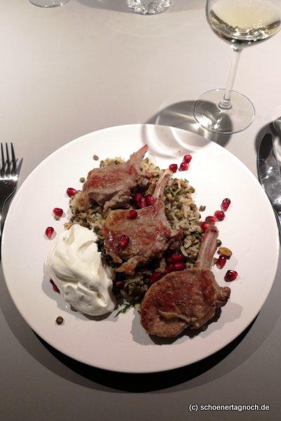 Lammkotelettes mit orientalischem Linsen-Reis, Minzjoghurt und Granatapfelkernen