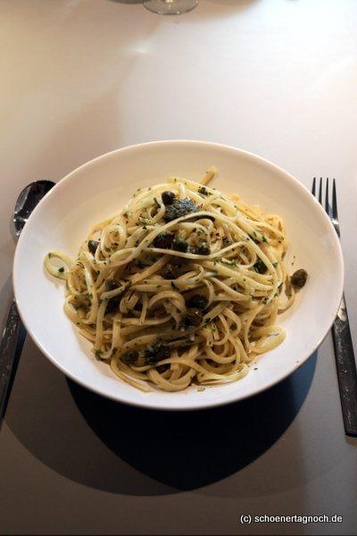 Nudeln mit Petersilien-Oliven-Kapern-Pesto