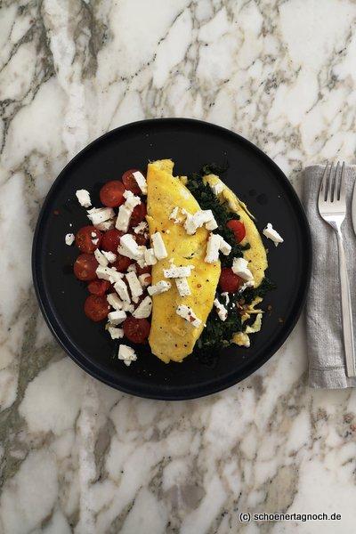 Omelette mit Spinat, Kirschtomaten und Feta