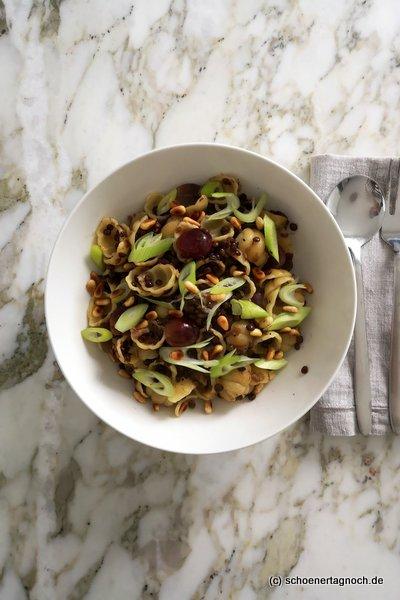 Orecchiette mit Balsamico-Linsen, Weintrauben und Frühlingszwiebeln