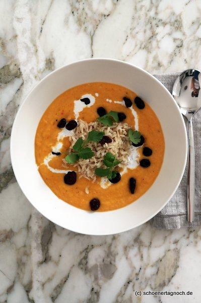 Karottensuppe mit Naturreis, Kokosmilch, Cranberries und frischem Koriander