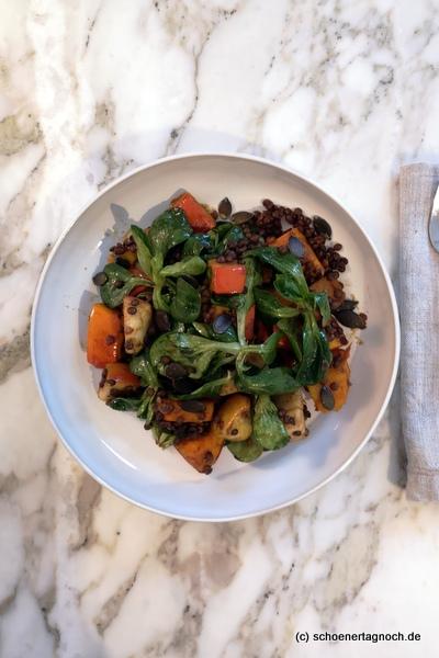 Lauwarmer Linsen-Kürbis-Salat mit Ackersalat und Kürbiskernöl