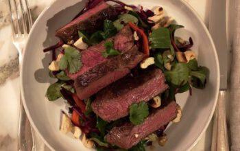 Asia-Rotkohl-Salat mit Rinderhuftsteak