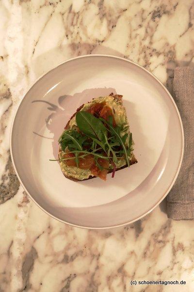 Geröstetes Brot mit Avocado, Kimchi und Rucola