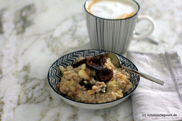 Porridge mit Apfel, getrockneten Feigen, Ingwer und Zimt zum Frühstück