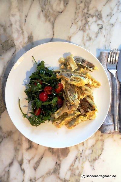 Geröstete Maultaschen mit Ei und Salat