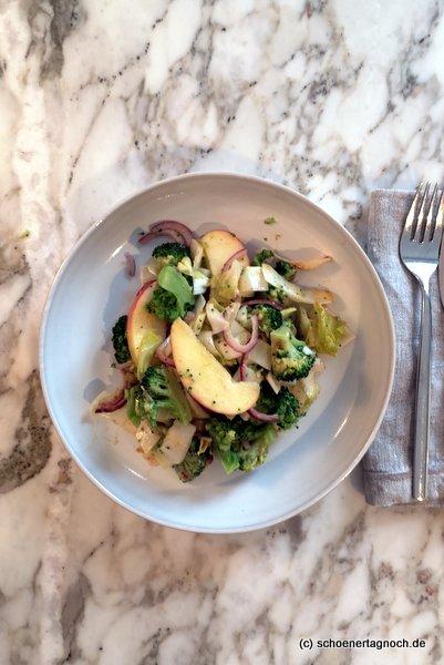 Salat mit Brokkoli, Chicorée und Apfel