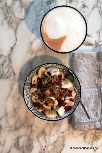 Salted Caramell Granola mit frischem Obst und griechischem Joghurt zum Frühstück