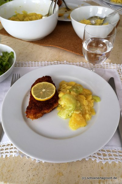 Schnitzel und schwäbischer Kartoffelsalat mit Gurkenscheiben