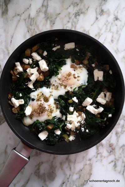 Spinat-Lauch-Pfanne mit Ei, Feta und Salzzitrone